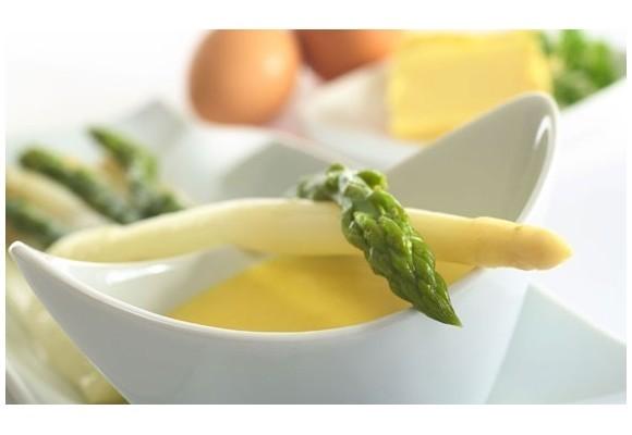 Antipasti: uova alla fiorentina con asparagi