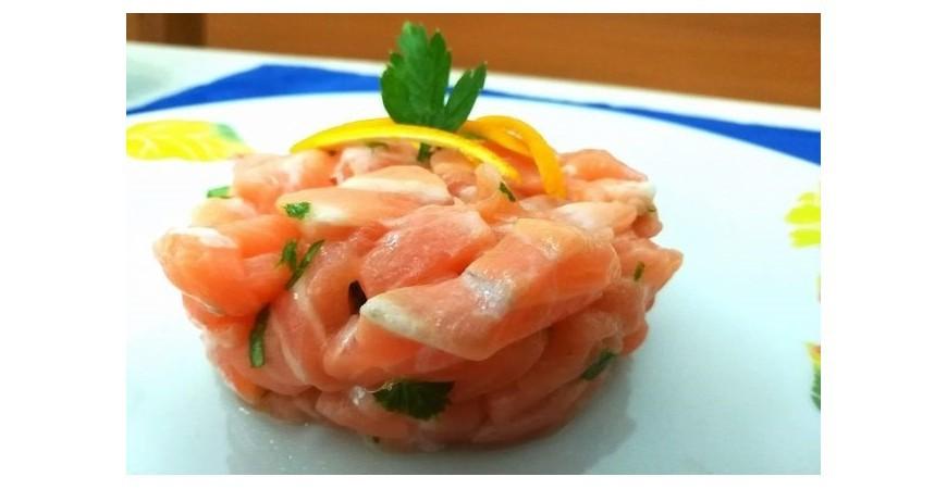 Speciale Grigliata di Pesce: Tartare di Salmone con Focaccia alla Griglia